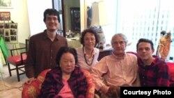 Paul Sikivie (右) 與父親Pierre Sikivie、母親Cynthia Chennault、弟弟Michael、外祖母陳香梅在陳香梅生前位於華盛頓水門飯店的寓所。 (照片來源: Cynthia L. Chennault)