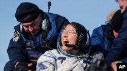 ນັກບິນອະວະກາດ ສະຫະລັດ ທ່ານນາງກຣິສຕີນາ ຄອດຈ໌ (Christina Koch) ຫຼັງຈາກໄດ້ລົງມາສູ່ພື້ນດິນ ຈາກຍານອະກາດຣັດເຊຍ Soyuz MS-13 ທີ່ເມືອງ Kazakh ຂອງ Zhezkazgan, Kazakhstan, ກຸມພາ ວັນທີ. 6, 2020.