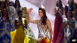 23歲的法國牙醫學生埃瑞絲米特納瑞星期一在馬尼拉舉行的環球小姐大賽上擊敗來自85個國家的選手奪得冠軍。