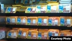 Produk daging halal dari Crescent Foods di sebuah pasar swalayan di Amerika.