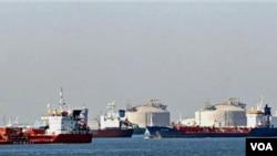Kapal-kapal kargo menunggu di pesisir Fos-sur-Mer, di Perancis selatan. Karena aksi mogok yang juga berlangsung di Fos-Lavera, Marseille, kapal-kapal ini tak dapat merapat untuk menurunkan kargo mereka.
