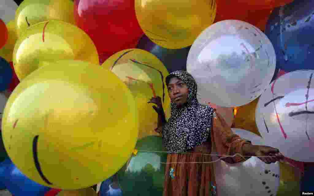 بچوں کے لیے عید پر رنگا رنگ غبارے خاص توجہ کا مرکز ہوتے ہیں۔