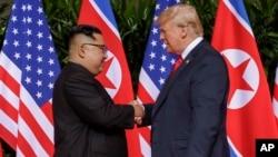 도널드 트럼프 미국 대통령과 김정은 북한 국무위원장이 지난달 12일 싱가포르에서 열린 첫 미-북 정상회담에서 악수하고 있다.