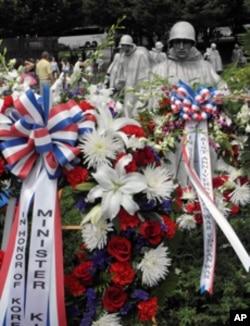 韩国外长金星焕向华盛顿韩战纪念碑献的花圈