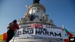 """在法国流亡的喀麦隆人展示标语""""喀麦隆人团结抗击博科圣地组织"""""""