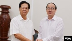 Ông Nguyễn Thiện Nhân (phải) trong một lần đến thăm ông Nguyễn Tấn Dũng (Hình: Sài Gòn Giải Phóng)