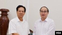 Tư liệu: Ông Nguyễn Thiện Nhân (phải) đến thăm ông Nguyễn Tấn Dũng (Hình: Sài Gòn Giải Phóng)