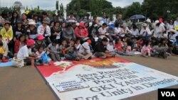 Beberapa umat Kristen beribadah Natal di depan Istana Presiden pada 2012 sebagai protes atas tindakan intoleransi terhadap mereka. (Foto: Dok)