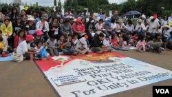 Jemaat GKI Yasmin (Bogor) dan HKBP merayakan Natal di depan Istana Negara (25/12).