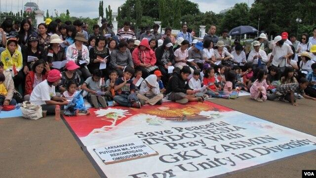 Jemaat Gereja Kristen Indonesia (GKI) Yasmin Bogor dan Gereja HKBP Filadelphia Bekasi menggelar misa Natal di Istana Presiden, Jakarta (25/12). (Foto: Dok)