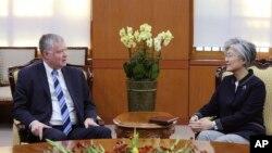 Стивен Биган и Кан Гён Хва. Сеул, Южная Корея, 29 октября 2018