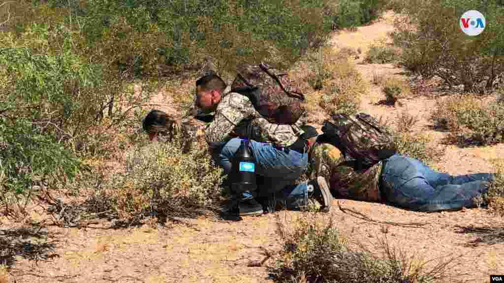 La Voz de América acompañó a agentes de la CBP en unun simulacro de cómo se cruza la frontera a manos de traficantesen el paso fronterizo entre EE.UU. y México. Photo: Celia Mendoza - VOA