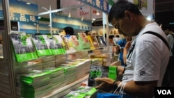 香港市民杜先生購買有關佔領中環的書籍,希望多了解佔中運動的理念 (美國之音湯惠芸)