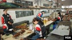 葉律松表示,他的工廠近年發展自動化及半自動化,節省約3分之1的工人。(美國之音湯惠芸拍攝)