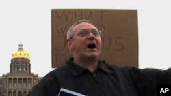 """""""佔領""""愛奧華州黨內投票的抗議人士。"""