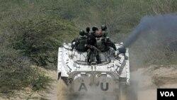 Pasukan penjaga perdamaian Uni Afrika melakukan patroli di Mogadishu selatan (foto: dok).