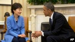 바락 오바마 미국 대통령(오른쪽)이 지난해 5월 백악관 집무실에서 박근혜 한국 대통령과 대화하고 있다. (자료사진)