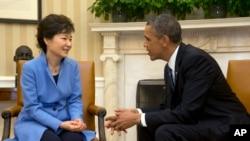 지난 2013년 미국을 방문한 박근혜 한국 대통령(왼쪽)이 백악관 집무실에서 바락 오바마 미국 대통령과 담화하고 있다. (자료사진)