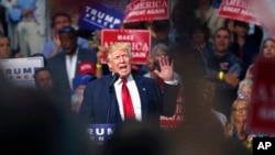 Kandidat presiden AS dari Partai Republik Donald Trump berbicara di sebuah acara kampanye di Akron, Ohio (22/8). (AP/Gerald Herbert)