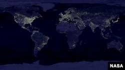 Foto satelit memperlihatkan distribusi cahaya di dunia, yang menutupi langit malam. (NASA)