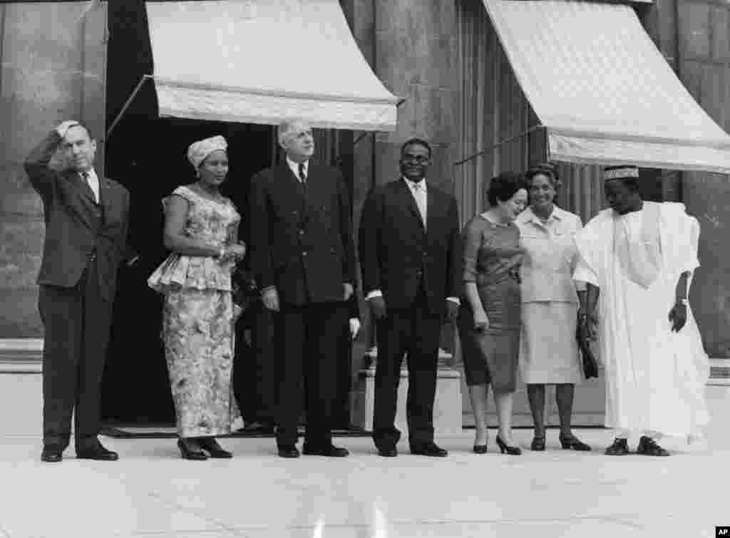 Ganawar Hamani Diori (na 4 daga hagu) da shugaba Charles De Gaulle (na uku daga hagu) na Faransa 27 Satumba 1961.
