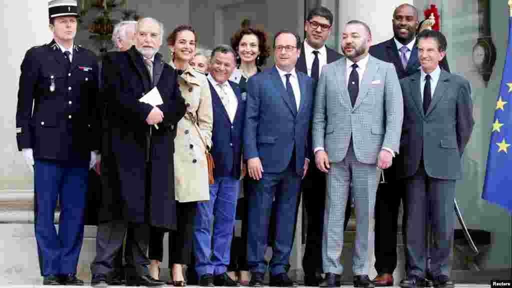 Le président français François Hollande et le roi du Maroc Mohammed VI posent avec les invités après leur rencontre au Palais de l'Élysées à Paris, en France, le 2 mai 2017.