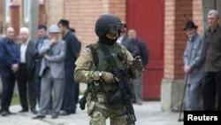 Pasukan keamanan Rusia melakukan patroli di kawasan muslim di Dagestan (foto: dok). 6 anggota kelompok Islam terlarang ditangkap di Moskow hari Senin 12/11.