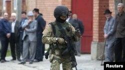 지난해 8월 러시아 잉구셰티아에서 발생한 자살폭탄테러 현장을 무장경찰이 지키고 있다. (자료사진)