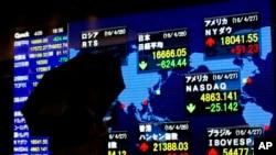 28일 일본 도쿄에서 한 남성이 증권회사 전광판을 보고 있다. 이 날 일본은행의 발표로 일본 닛케이지수가 급락했다.
