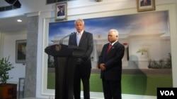 Menteri Pertahanan AS Chuck Hagel didampingi Menteri Pertahanan Indonesia Purnomo Yusgiantoro (26/8). (VOA/Andylala Waluyo)