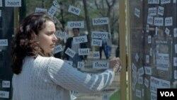 Una pasajera crea un poema con imanes magnéticos en la Universidad de Pennsylvania, Estados Unidos.