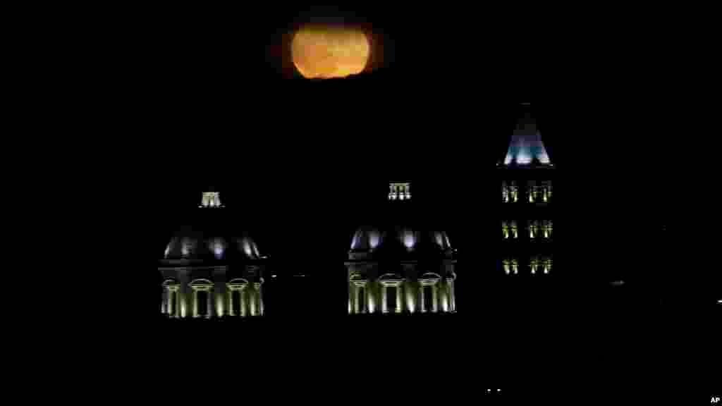 La lune se lève à Rome, le 14 novembre 2016.