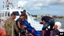 ساحلی محافظ بحیرہ روم میں ڈوب جانے والے تارکین وطن کی نعشیں نکال رہے ہیں۔ فائل فوٹو