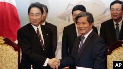 日本外相岸田文雄(左)和越南規劃兼投資部長裴廣榮(右)簽署了總額為5百萬美元的援助協議。