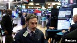 Suasana di lantai bursa New York (NYSE), 18 Maret 2020.