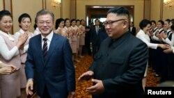 លោកប្រធានាធិបតីកូរ៉េខាងត្បូង Moon Jae-in និងលោកប្រធានាធិបតីកូរ៉េខាងជើង Kim Jong Un អញ្ជើញទៅដល់អគារ Paekhwawon State Guesthouse នៅក្នុងក្រុងព្យុងយ៉ាង ប្រទេសកូរ៉េខាងជើង កាលពីថ្ងៃទី១៨ ខែកញ្ញា ឆ្នាំ២០១៨។