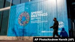 位于华盛顿的国际货币基金组织大楼前的会议广告。(2021年4月5日)