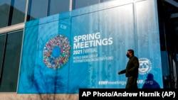 5 Nisan 2021 - Washington'daki IMF binası önüne asılan Bahar Toplantıları 2021 afişi