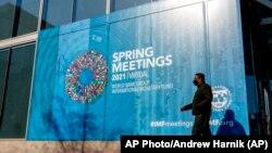 واشنگٹن میں آئی ایم ایف کی عمارت پر لگے پوسٹر پر تحریر ہے کہ آئی ایم ایف اور ورلڈ بینک نے اپنے ورچوئیل اجلاس کا آغاز کر دیا ہے۔ اپریل 2021.
