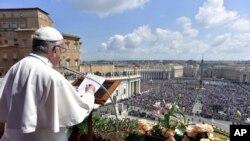Papa Francisiko atanga ubutumwa bwiswe Urbi et Orbi i St. Peter's Basilica, i Vaticano