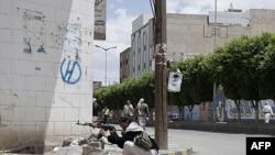 Một người bộ tộc trang bị AK-47 chạm súng với lực lượng Yemen trong thủ đô Sana'a