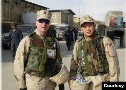 Trung tá Nguyễn Anh Tuấn (phải) và một đồng đội ở Kabul. (Hình: Nguyễn Anh Tuấn cung cấp)