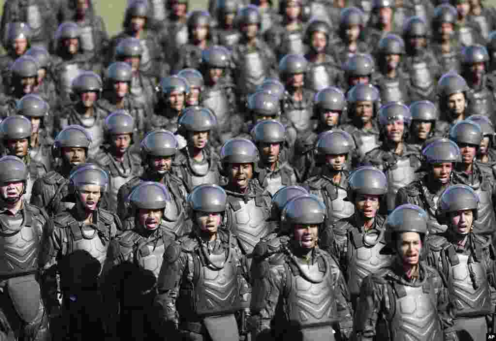 Soldiers take part in a ceremony presenting the troops who will provide security during the World Cup at Brigadier Sampaio Camp in Rio de Janeiro, Brazil, May 12, 2014.