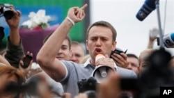 Aleksej Navalni sa pristalicama po dolasku iz Kirova u Moskvu, 20. juli 2013.
