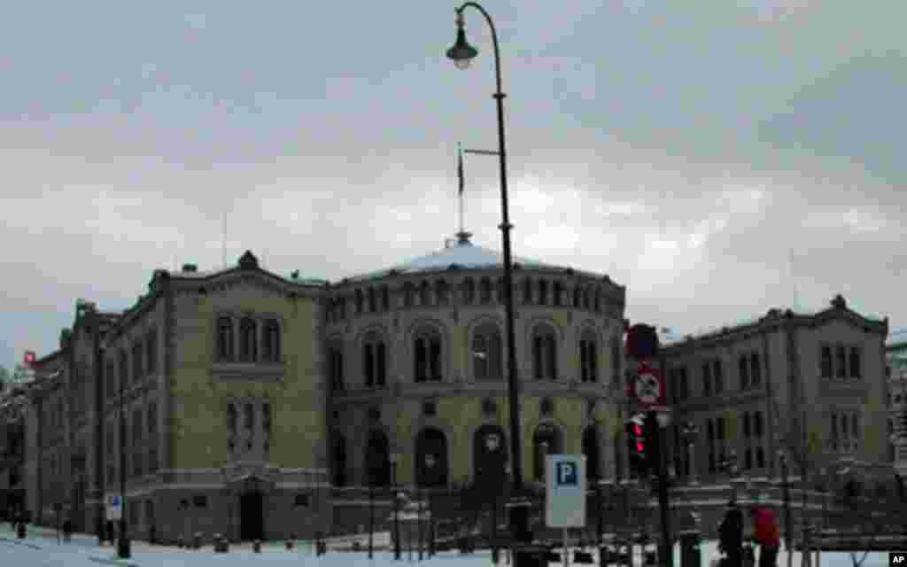 和美英日等国家议会分两院不同,挪威议会为单院制,每4年选举一次,分19个郡按各党派得票比例分配席位。挪威诺贝尔委员会5名成员由议会大致按照各党在议会席位比例任命,但是诺委会独立运作。