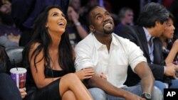 En esta foto, Kim Kardashian y su novio, el rapero Kanye West, asisten a un juego de Los Angeles Lakers el pasado 12 de Mayo. Recientemente ella fue diagnosticada con psoriasis, una enfermedad que provoca lesiones escamosas en la piel.