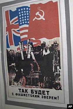 美苏在二次大战中是盟国,圣彼得堡南北极博物馆中展出的苏联宣传画