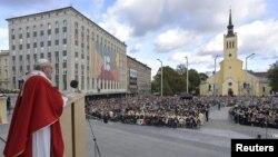 Paus Fransiskus saat memimpin misa di Freedom Square, Tallinn, Estonia, 25 September 2018. (Foto: dok).
