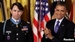 William Swenson, izquierda, recibió la Medalla de Honor de manos del presidente de EE.UU. Barack Obama, el martes 15 de octubre en la Casa Blanca.