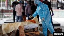 Hỏa táng một người đàn ông Ấn Độ tử vong vì COVID-19, New Delhi, ngày 29-06-2020.